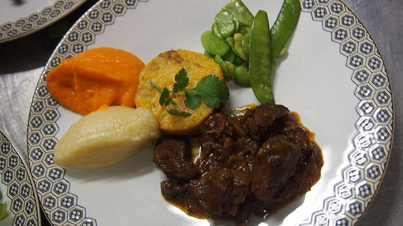 Caille lardée et sa sauce châtaigne, purée de patate douce épicée, écrasé de marron et légumes verts poêlés.